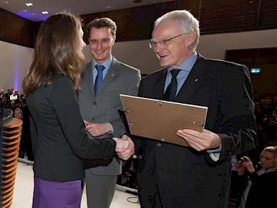 Anika Sonnenberg erhält aus den Händen von Ministerpräsident Dr. Jürgen Rüttgers ihre Absolventenurkunde, in der Mitte CDU-Generalsekretär Hendrik Wüst
