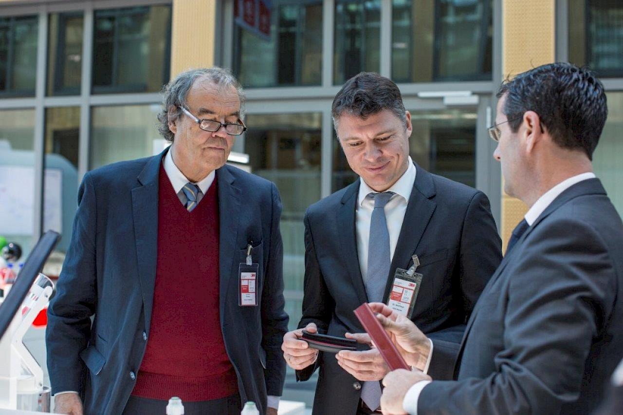 Reza Vaziri, Vorsitzender der Geschäftsführung von 3M in Deutschland, besichtigte mit Karl-Heinz Florenz, Mitglied des Europäischen Parlaments (CDU) und Dr. Jörg Geerlings, Vorsitzender der CDU Neuss unter anderem das Inspiration Lab von 3M in Neuss.