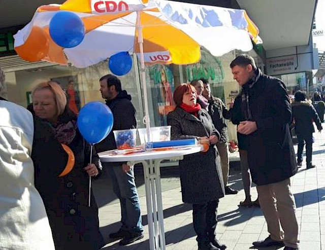 Auch der von Martina Meeuvissen monatlich veranstaltete Infostand der CDU stand im Zeichen der Sicherheit in Neuss