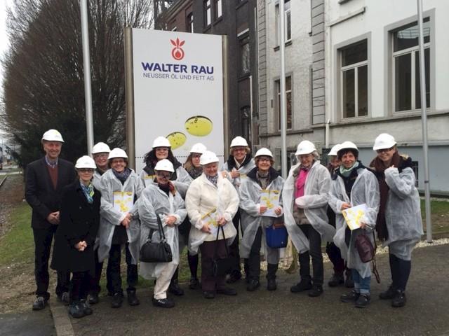 von links: Bernd Brinkmann und Svenja Gärtner von der Walter Rau AG mit den Gästen der Frauen Union Neuss