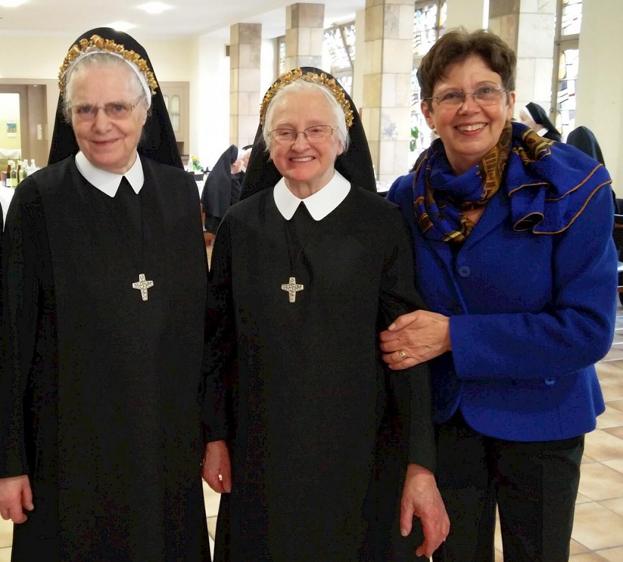 Anne Holt gratuliert zum beidruckenden Ordensjubiläum