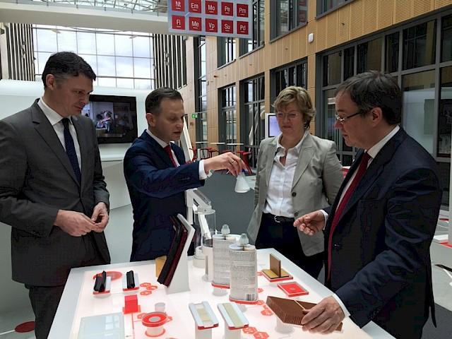 v.l. Dr. Jörg Geerlings, Philipp Braun, Direktor Regierungsbeziehungen, Anke Lehnert, Mitglied der Geschäftsführung, und CDU-Landes- und Fraktionsvorsitzender Armin Laschet MdL