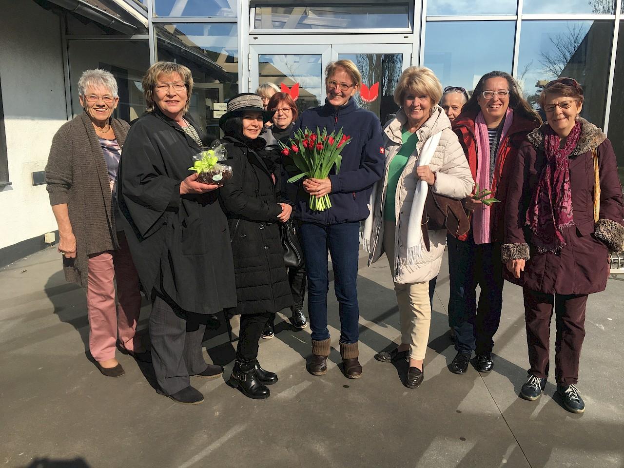 Geschäftsführerin Susanne Degenhardt und Vorsitzende Martina Meeuvissen mit Gästen der Neusser Frauenunion beim Unternehmensbesuch anlässlich des Internationalen Frauentags