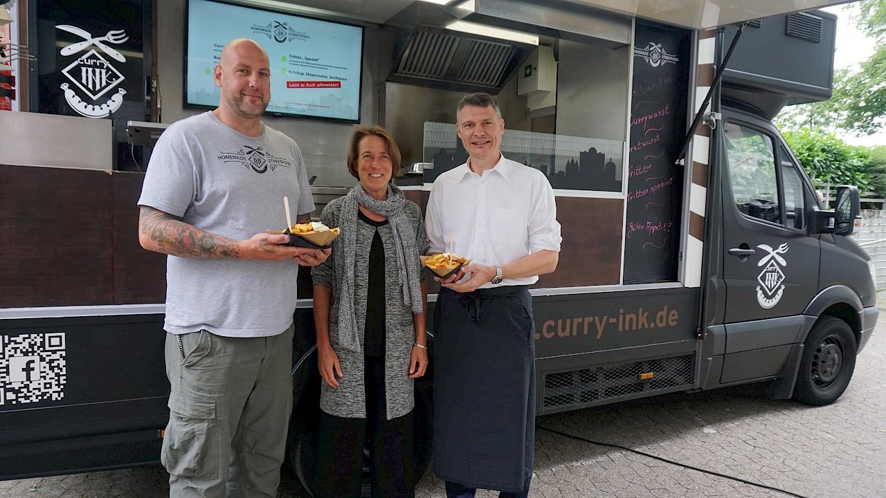 Neusser Suppenküche mit Currywurst und Pommes – Curry Ink und Jörg Geerlings unterstützen Einrichtung